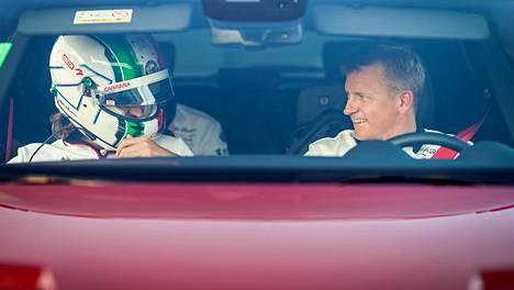 Kimi Räikkönen (oik.) on 15 vuotta vanhempi kuin Alfa Romeon toinen kuljettaja Antonio Giovinazzi (vas.).