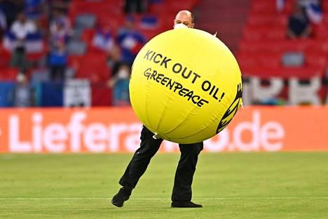 Ilmeisesti tämä pallo aktivistin oli tarkoitus kentälle tiputtaa, mutta hän putosikin sinne myös itse.