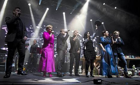 Vain Elämää -televisiosarjan laulajat Jari Sillanpää, Katri Helena, Neumann, Cheek, Kaija Koo, Erin Anttila ja Jonne Aaron Vain elämää -konsertissa Espoossa 28. joulukuuta 2012