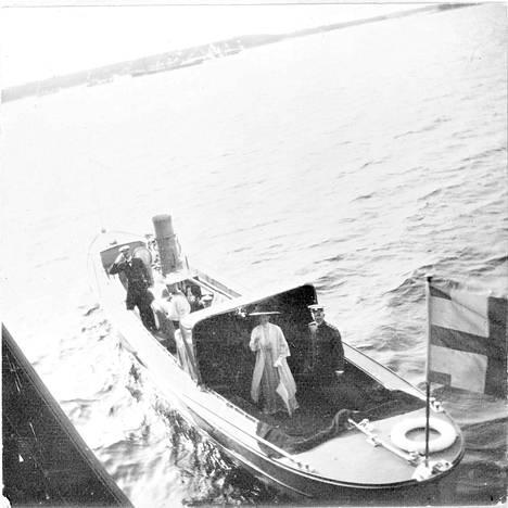 Ruotsin kuningas Kustaa V ja kuningatar Viktoria saapuvat Standartille heinäkuussa 1912.