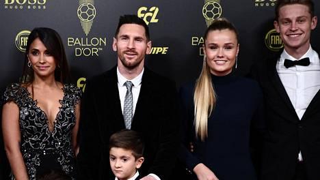 FC Barcelonan edustajistoa: Lionel Messi ja Frenkie De Jong. Messillä oli seuranaan vaimo Antonella Roccuzzo ja pojat Thiago (kuvassa) ja Mateo, De Jong toi gaalaan tyttöystävänsä Mikky Kiemeneyn.