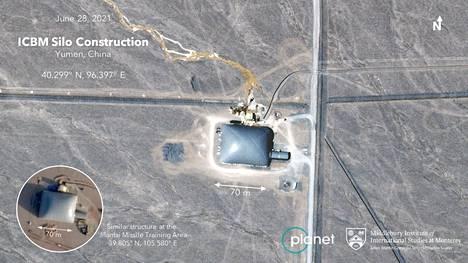 Satelliittikuvassa näkyy yksi epäilty ohjussiilo, joka on vielä rakenteilla ja siksi peitetty kuvulla.