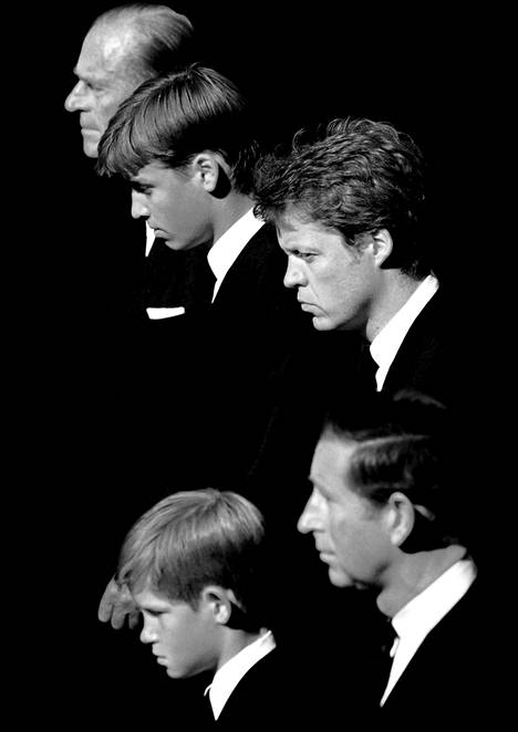 Prinssi Philip (vas.), prinssi William, jaarli Charles Spencer, prinssi Charles ja prinssi Harry kulkivat Dianan arkun takana.