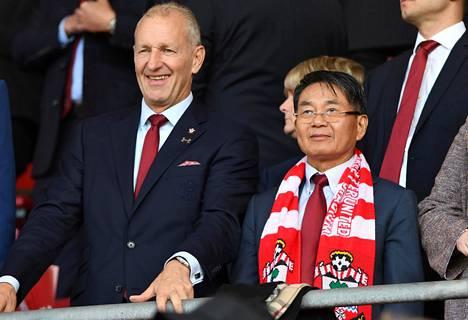 Vielä viime kaudella puheenjohtaja Krueger (vas.) seurasi Southamptonin valioliigaotteluita St. Mary's Stadiumilla seuran kiinalaisomistajan Gao Jishengin rinnalla.