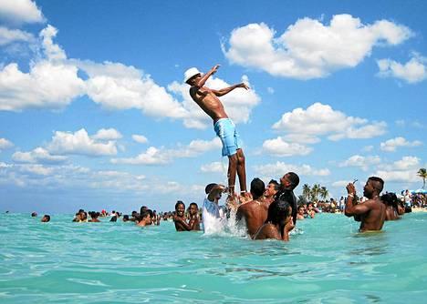 Toisin kuin monissa muissa maissa, Kuuban väkiluku on laskemaan päin. Nuoret ja lahjakkaat kuubalaisnuoret eivät tahdo pysyä maassa, joka on usein sama kohtalo muissakin kehittymättömissä maissa.