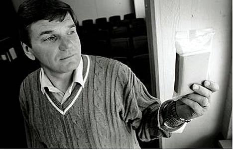 Salaisen itäviennin keskushahmoihin kuulunut Pentti Heinilä pitää kädessään muovilla suojattua Raamattua.