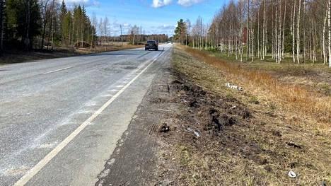 Onnettomuuspaikalle tuotiin kynttilöitä 9. toukokuuta.