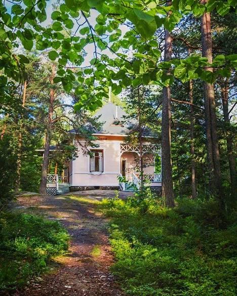 Kahvila sijaitsee vanhassa huvilassa Sulosaaressa, jonka nimi oli muuten Vasikkasaari.