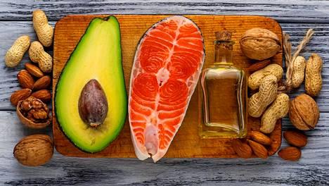 Pehmeää rasvaa on esimerkiksi kasviöljyissä, avokadossa, pähkinöissä ja siemenissä sekä kalassa.