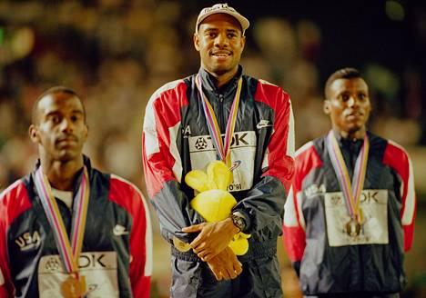 Tokion mitalikolmikko: pronssia Larry Myricks, kultaa Mike Powell, hopeaa Carl Lewis.