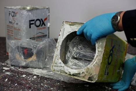 Hampurissa tulli löysi yli 1 700 peltipurkista kokaiinia.