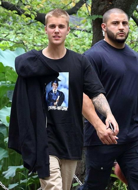 Justin Bieber sai tarpeekseen fanien sopimattomista kommenteista, jotka kohdistuivat hänen tyttöystäväänsä Sofiaan.