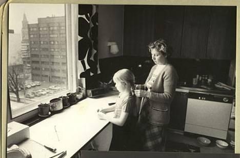 Annan ja Taina-äidin letityshetki Turussa Vähä-Hämeenkadun kodin keittiössä 1978.