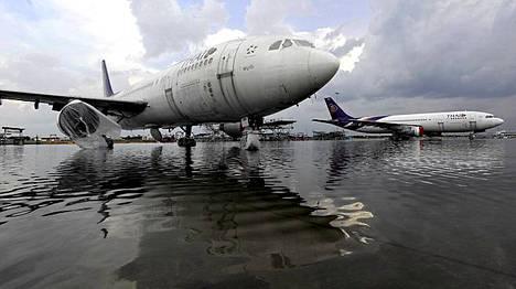 Tulvavedet ovat vallanneet Don Mueangin lentokentän Bangkokissa.