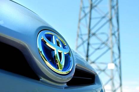 Reutersin uutisen mukaan Toyota pyrkii kaventamaan Nissanin ja Teslan etumatkaa sähköautomarkkinoilla.
