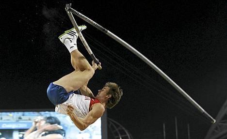 Dmitri Starodubtsevin seiväs katkesi vaarallisesti kesken hypyn.