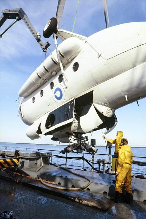 V. K. Hietanen kuvasi myös onnettomuuksia. Kuvassa Rajavartiolaitoksen MI-8T -helikopteri, joka syöksyi harjoituslennollaan mereen saaristossa lähellä Kustavia huhtikuussa 1982. Viidestä kyydissä olleesta ihmisestä yksi kuoli hukkumalla.