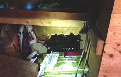 Poliisi kuvasi laukut vajassa ennen kuin 36-vuotias ehti hakea ne.