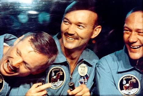 Armstrong, Collins ja Aldrin karanteenissa kuulennon jälkeen. Heitä pidettiin eristyksissä 21 päivän ajan.
