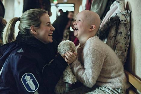 Iina Kuustosen roolihahmo Nina on poliisi ja esikoululaisen Venlan äiti Ivalo-sarjassa.