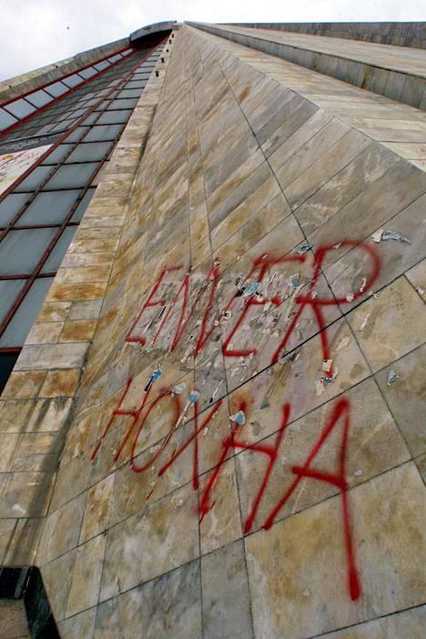 Tiranassa pistäytyvien ei sovi jättää väliin diktaattori Enver Hoxhan mausoleumiksi 1980-luvulla rakennettua pyramidia.