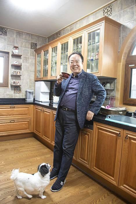 Puupinnat ovat hallitsevia Yong-Man Shinin talossa.