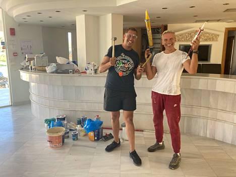 Veljekset Mike (vas.) ja Andreas Paraskakis pyörittävät hotellia. He eivät istu puku päällä toimistossa vaan ovat mukana remppahommissa.