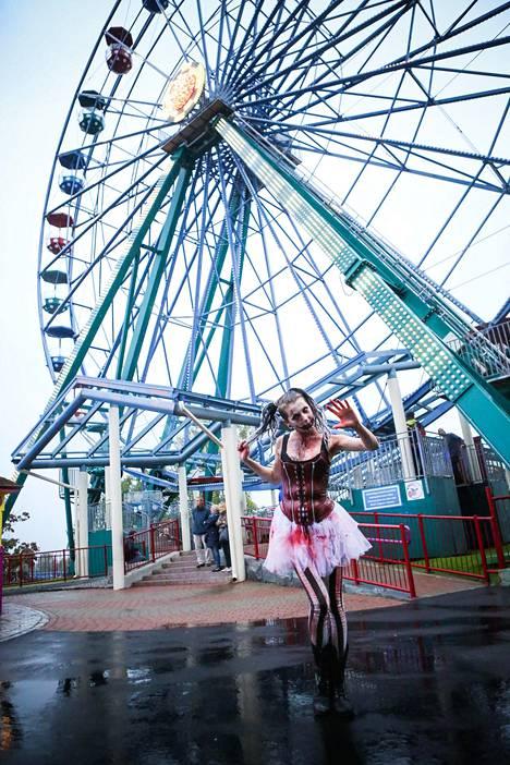 Valentina Kuula halusi, että zombiasukokonaisuudessa yhdistyvät huvipuisto- ja kauhuteema.