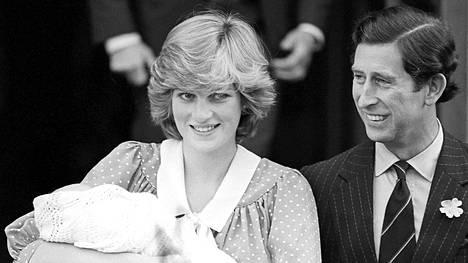 Diana ja Charles vastasyntyneen poikavauvansa kanssa.