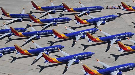 Boeing 737 Max -koneita pysäköitynä Kalifornian Victorvillessä.