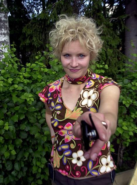 2002: Edellisvuonna Viivalla-levyn julkaissut Jonna Tervomaa esiintyi Provinssirockissa kiharapäänä.