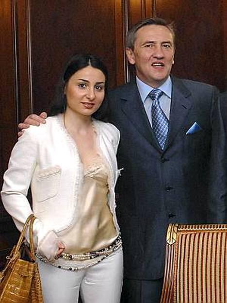 Leonid Tshernovetski kiisti avustajansa välityksellä tyttärensä Kristinan jalokivien ryöstöuutisen. Ranskan viranomaiset ovat kuitenkin ilmoittaneet, että tytär on tehnyt asiasta rikosilmoituksen.