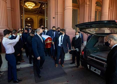 Diego Maradonan arkku siirrettiin ruumisautoon Argentiinan presidentinlinnalla torstaina.