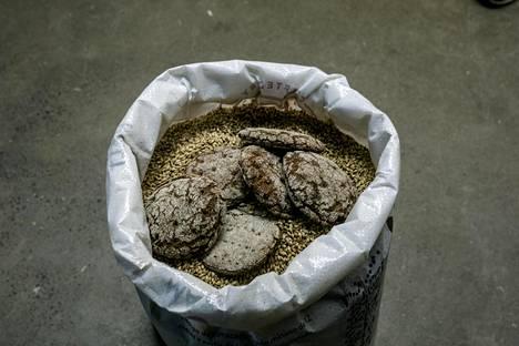 Hävikkileipää käytetään oluessa maltaan tapaan. Mäskäyksen ja vierteen siivilöinnin sekä huuhtelun jälkeen olut keitetään.