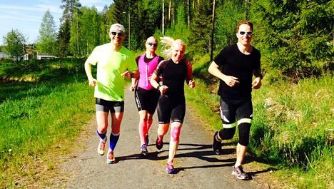 Petri Savinainen, Pippa Laukka ja Miia Kahila harjoittelivat Teemu Lemmettylän johdolla Nilsiän Tahkon maastoissa.