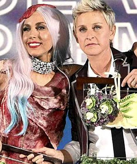 Ellen DeGeneres (oik.) ojensi Lady Gagalle kasvispuvun.