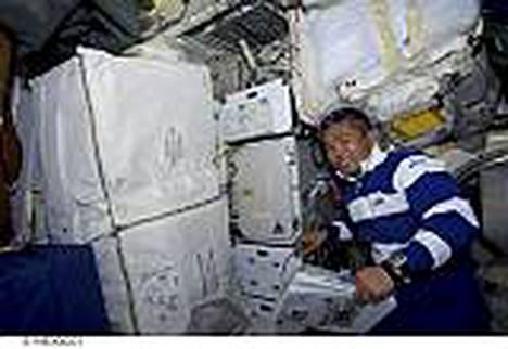 Japanilaisastronautti Koichi Wakata aloitti työt Discoverylla avaruudessa.