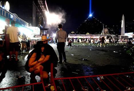 Ihmiset suojautuivat festivaalialueella.