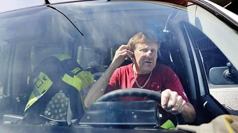 Helsingin Sanomat kertoi 2015, että raskaassa liikenteessä kuljettajat puhuvat aiempaa useammin puhelimene ajaessaan. Kuljetusyrittäjä Timo Kima kuvattiin artikkelia varten. Ajaessaan hän käyttää sallittua handsfreetä.