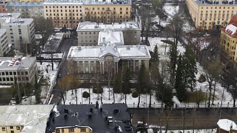 Neuvostoliitto rakennutti Helsinkiin uuden lähetystörakennuksen jatkosodan jälkeen. Päätykolmiota koristaa yhä sirpillä ja vasaralla varustettu Neuvostoliiton vaakuna, vaikka rakennuksessa toimii nykyisin Venäjän suurlähetystö.