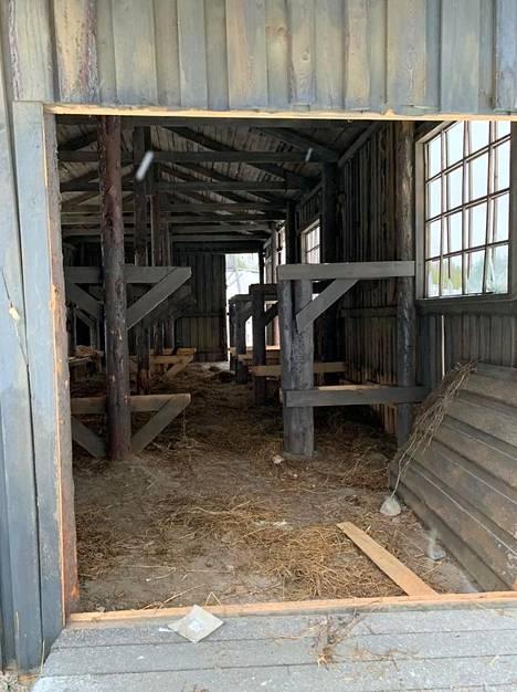Vesuri-elokuvan leirirakennelma koostuu kevyistä lautaparakeista ja makuulavereista. Lavasteista halutaan nyt rakentaa isänmaallinen museo, joka muistuttaisi Suomen ylläpitämistä keskitysleireistä venäläisille koululaisille.