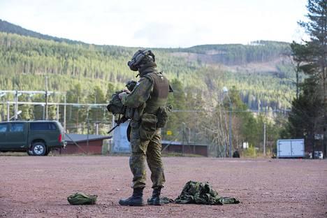 Puolustusministeriön julkisuuteen antamassa kuvassa näkyy Trident Juncture 18 -harjoitukseen valmistautuva suomalainen sotilas kuvattuna Lapissa.