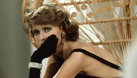 Emmanuelle 4 -elokuvassa plastiikkakirurgin pöydältä nousee ihan uuden näköinen päähenkilö (Mia Nygren).