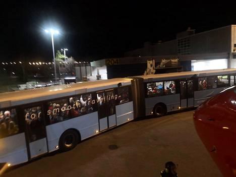 Lukijan ottamasta kuvasta näkyy, että samana iltana kun sisärajatarkastukset alkoivat, lentomatkustajia ahdettiin entiseen tapaan maksimimäärä samaan bussiin.