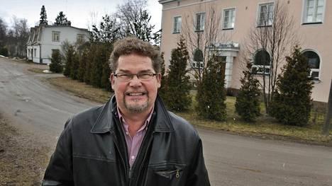 Eronnut näyttelijä Risto Autio toivoo, että perheen ison, vaaleanpunaisen kotitalon kaupat saataisiin viimein päätökseen.