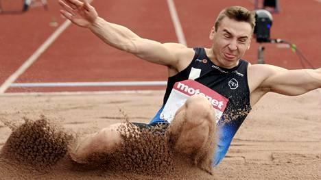 Henri Väyrynen hyppäsi ennätyksensä.