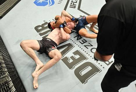 Amirkhanista tuli voiton myötä yksi kolmesta höyhensarjan ottelijasta, joka on onnistunut voittamaan anakondakuristuksella kahdesti UFC:ssä.