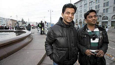 Kaksi kuukautta Suomessa työskennelleet intialaiset Sumet ja Aashish ihmettelivät näkevänsä nyt ensimmäistä kertaa eläväisiä suomalaisia.