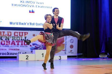 Harvinainen kuva Putinin tyttärestä Katerina Tihonovasta akrobatia-rock'n'roll-kisoissa Krakovassa Puolassa huhtikuussa 2014. Tanssiparina Ivan Klimov.