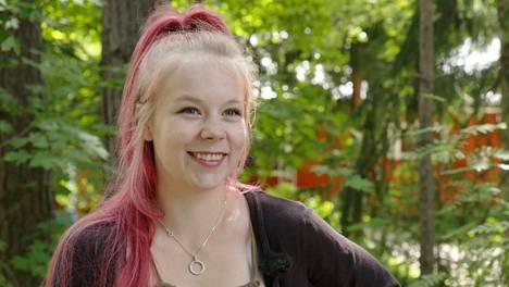 Toisenlaiset tieniäidit -sarjassa tavataan Jenni, jolla on nuoresta iästään huolimatta neljä lasta kolmen eri miehen kanssa.